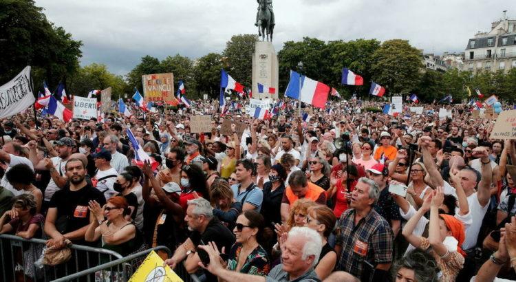 صورة الشهادة الصحية تخرج عشرات الآلاف للتظاهر في فرنسا