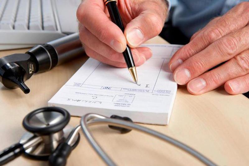 صورة مرسوم جديد يفرض على الأطباء الكتابة بخط واضح ومقروء