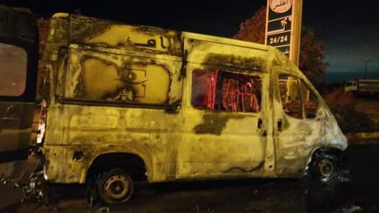 صورة طرفاية   اندلاع حريق بسيارة إسعاف وهي تحمل مريض