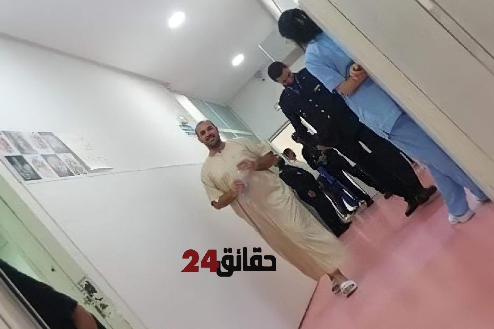 صورة شكوك في الصورة المتداولة لناصر الزفزافي عند زيارته لوالده