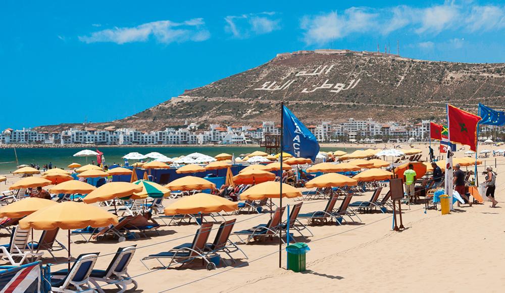 صورة سلطات أكادير تشن حملة لتحرير الشواطئ من الكراسي والمضلات الشمسية