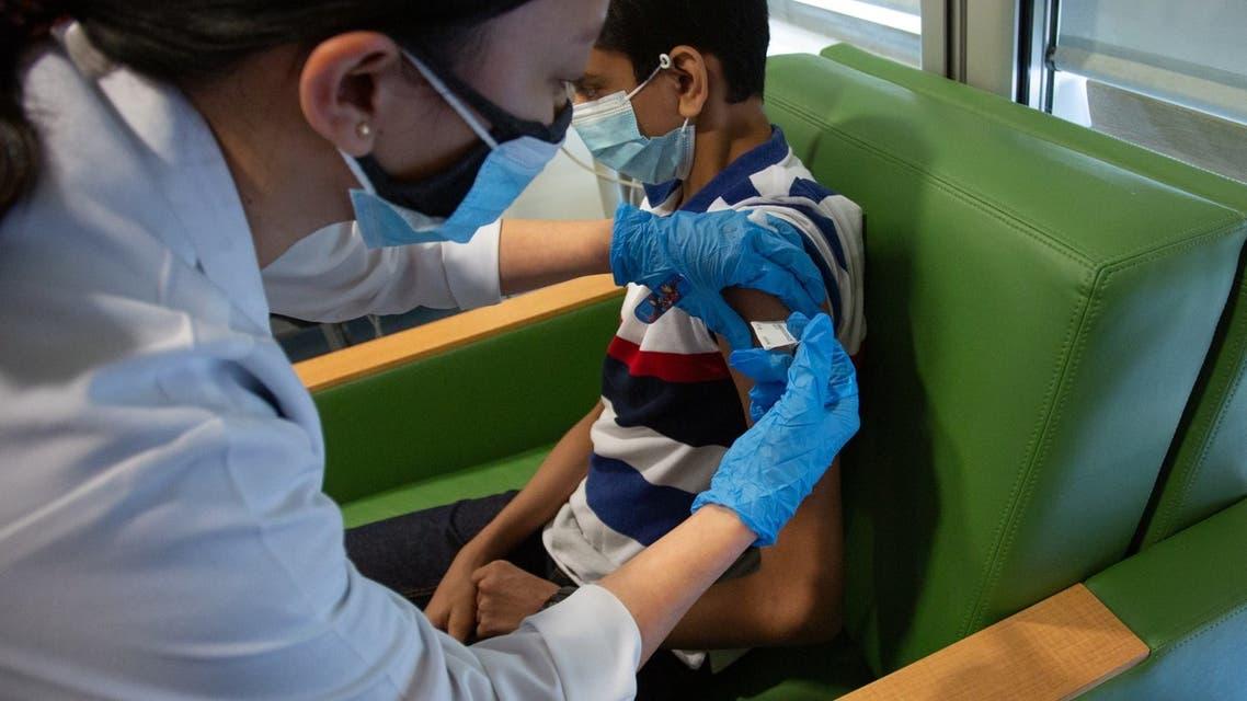 صورة أطباء يؤكدون على أهمية تلقيح الأطفال لضمان دخول مدرسي آمن وحمايتهم من الآثار النفسية للتعليم عن بعد