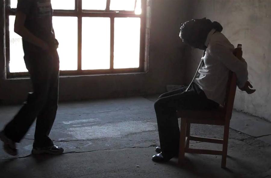 صورة بينهم ضابط شرطة .. توقيف شخصين متورطين في قضية اختطاف واحتجاز وطلب فدية مالية