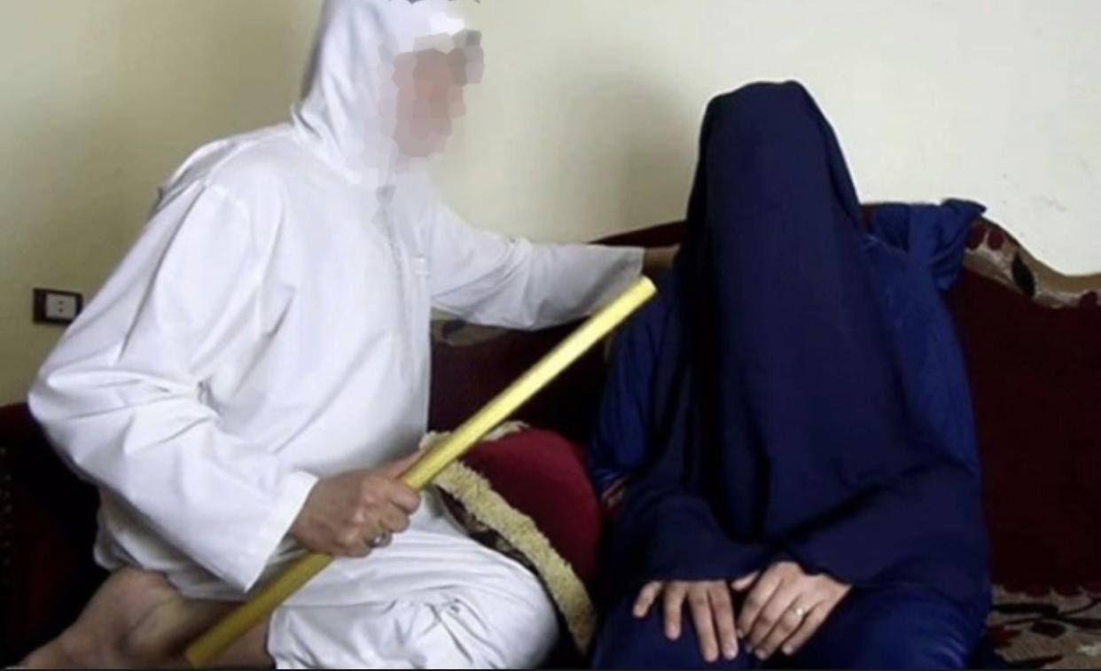 """صورة اعتقال راقي """"عنف"""" إمرأة وابنتها بدعوة استخراج الجن"""