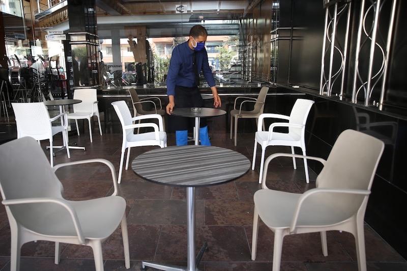 صورة أرباب المقاهي والمطاعم يستنكرون فرض جواز التلقيح لولوج فضاءاتهم