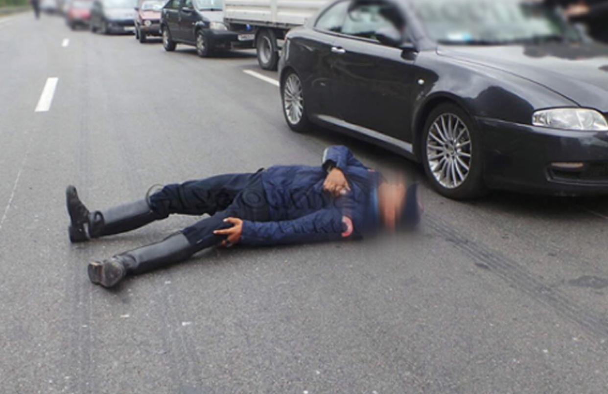 صورة أش واقع فأكادير | بعد سرقة سلاح شرطي .. سيارة مجنونة تدهس شرطيين بإحدى المدارات الطرقية