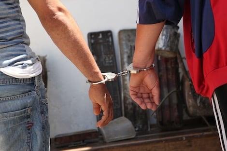 صورة اعتقال متورطيْن في سرقة سلاح شرطي بأكادير
